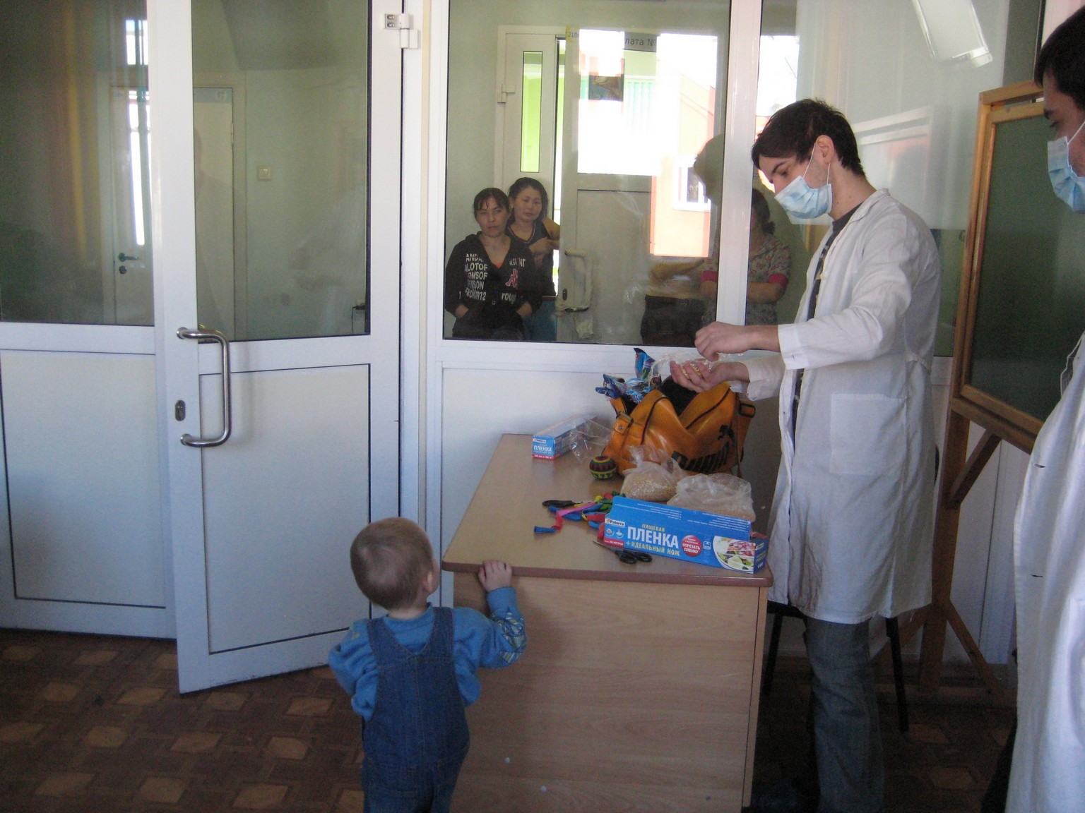 арт-терапия 26 февраля 2011 иностранные волонтеры в ДРКБ 002