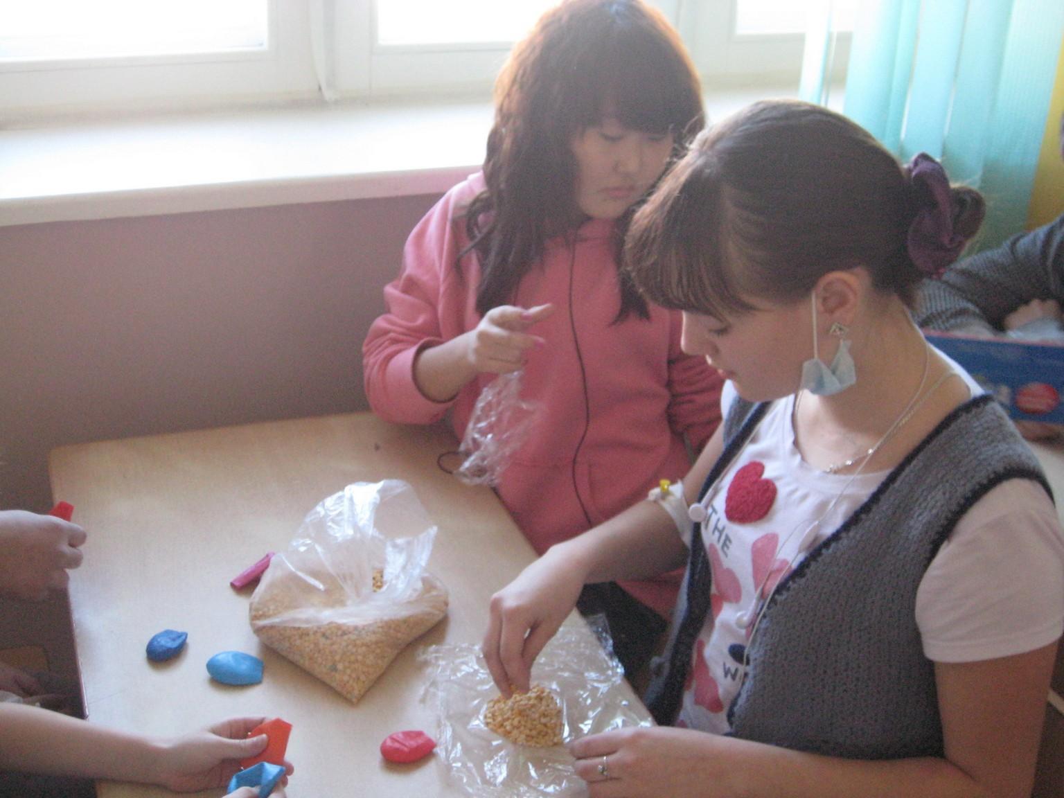 арт-терапия 26 февраля 2011 иностранные волонтеры в ДРКБ 007