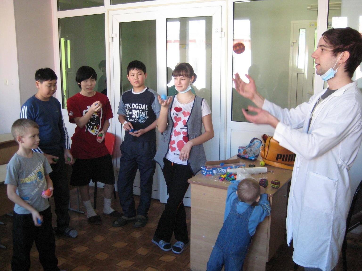 арт-терапия 26 февраля 2011 иностранные волонтеры в ДРКБ 039