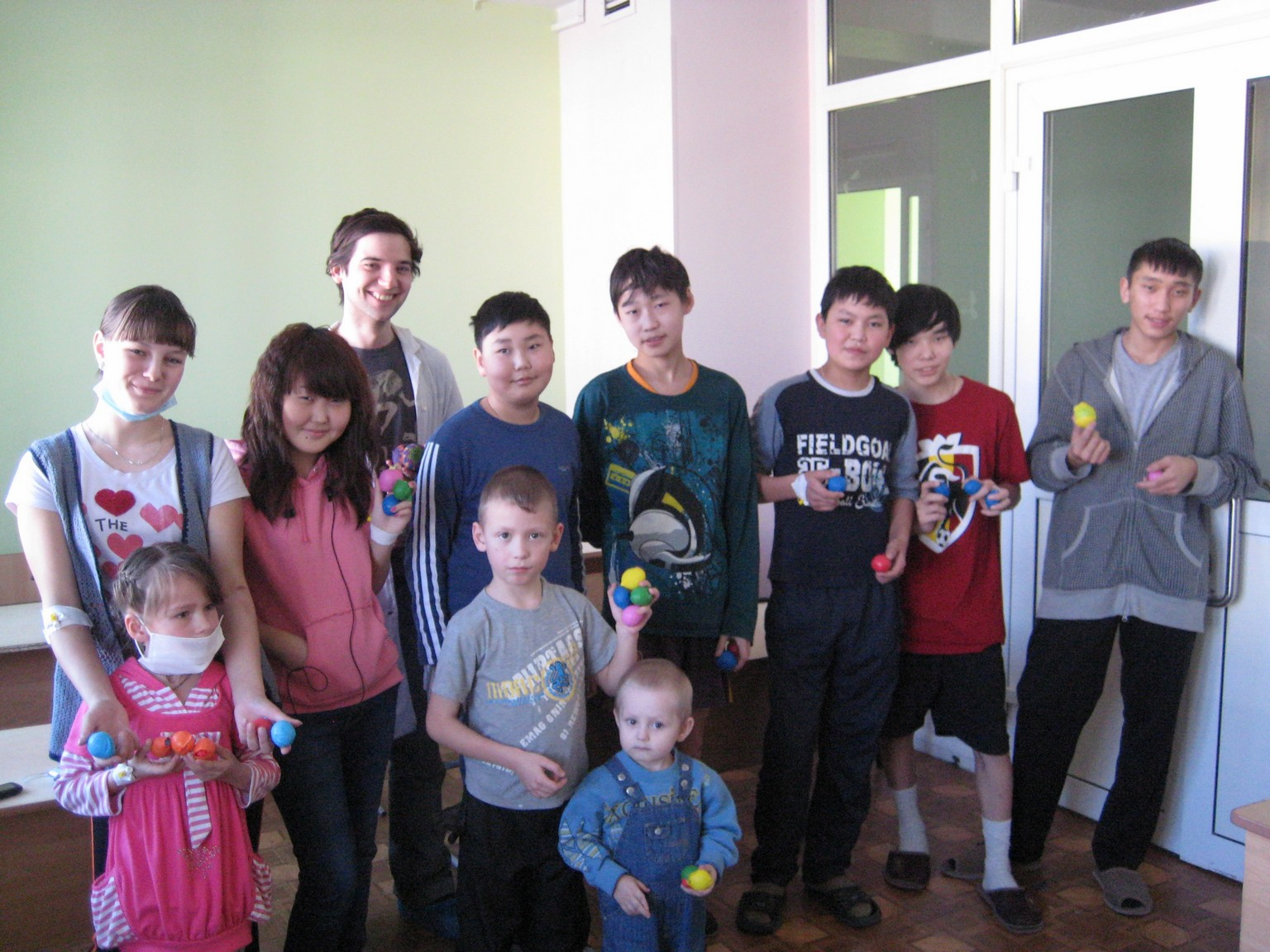 арт-терапия 26 февраля 2011 иностранные волонтеры в ДРКБ 048