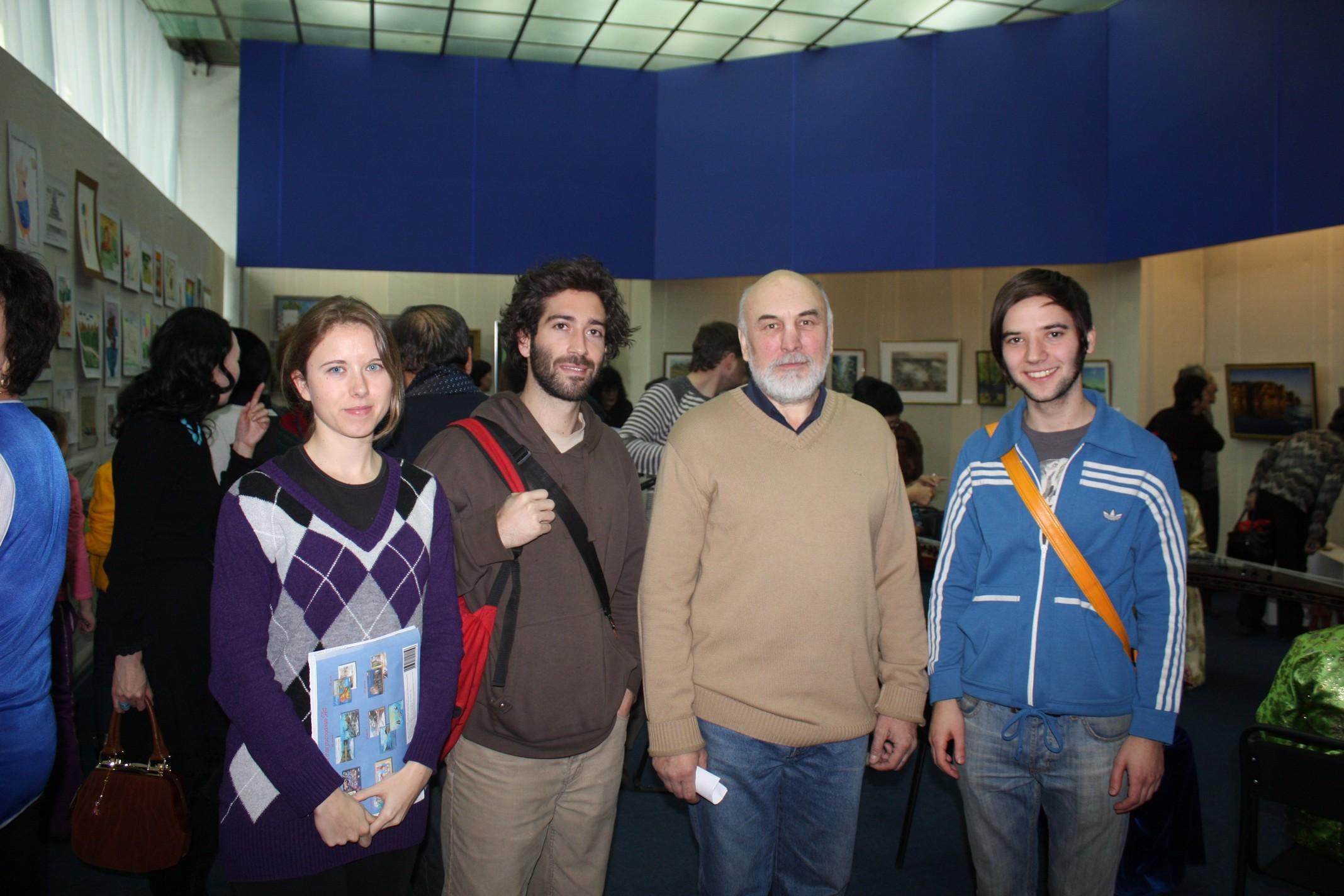 Международные волонтеры и художник Олег Козлов