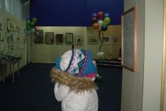 маленькая внимательно читает аннотацию выставки